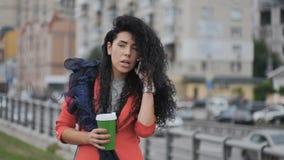 Przystojna kobieta opowiada na telefonie przy ulicą zdjęcie wideo
