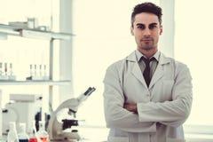 Przystojna lekarka w laboratorium Obraz Royalty Free