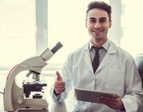 Przystojna lekarka w laboratorium Zdjęcie Stock