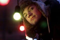 Przystojna mężczyzna pozycja pod retro girland świateł żarówkami przy ulicą Fotografia Royalty Free
