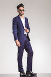 Przystojna młoda biznesowego mężczyzna pozycja Obraz Royalty Free