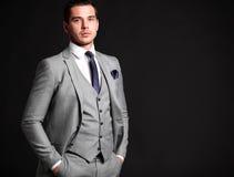 Przystojna młoda biznesowego mężczyzna pozycja na czerni zdjęcie stock