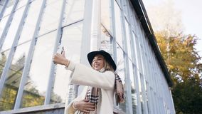 Przystojna młoda kobieta robi selfie na jej mądrze telefonie na parkowym tle zbiory