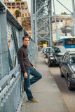 Przystojna młody człowiek pozycja na żelaznych mostów Dom Luis Ja, Porto Obrazy Royalty Free