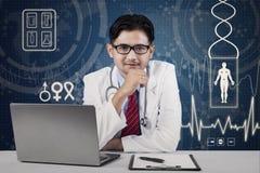Przystojna męska azjata lekarka Fotografia Stock