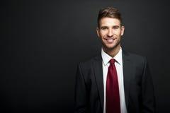 Przystojna młoda biznesmen pozycja Zdjęcia Royalty Free
