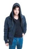 Przystojna modna samiec jest ubranym kapturzastą bluzę sportowa, czarną kurtkę, i Zdjęcie Stock