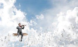 Przystojna skrzypaczki sztuka jego symbole i melodia lata wokoło w powietrzu obrazy stock
