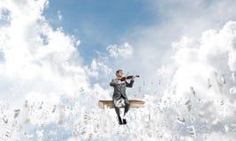 Przystojna skrzypaczki sztuka jego symbole i melodia lata wokoło w powietrzu zdjęcie royalty free