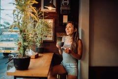 Przystojna ufna dziewczyna ono uśmiecha się i pozuje na kamerze fotografia stock