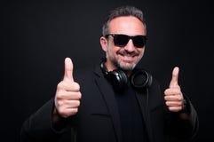 Przystojna z klasą męska słuchająca dobra muzyka Fotografia Stock