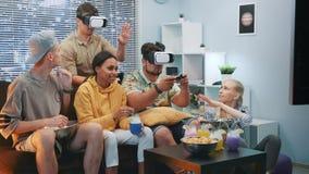 Przystojne chłopiec bawić się grę online w rzeczywistość wirtualna szkłach, jeden facet wygrywają bitwę zdjęcie wideo