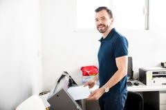 Przystojne mężczyzna druku etykietki fotografia royalty free
