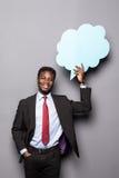 Przystojnego Afro Amerykański mężczyzna w klasycznym kostiumu trzyma bąbel stoi przeciw szarość mowy główkowanie i, Zdjęcia Royalty Free