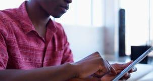 Przystojnego amerykanin afrykańskiego pochodzenia męski kierownictwo używa cyfrową pastylkę w nowożytnym biurze 4k zbiory wideo