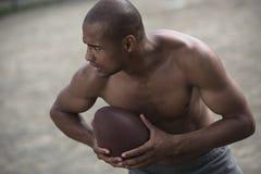Przystojnego amerykanina afrykańskiego pochodzenia męski gracz futbolu z piłką Obraz Stock