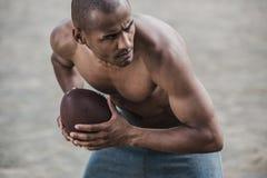 Przystojnego amerykanina afrykańskiego pochodzenia męski gracz futbolu z piłką Fotografia Royalty Free