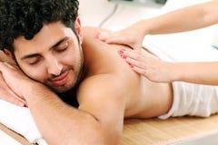 Przystojnego faceta masażu cieszy się terapia Zdjęcia Stock