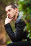 Przystojnego faceta siedzący główkowanie Krótki włosy obrazy stock