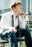 przystojnego mężczyzna relaksująca koszula Zdjęcie Stock