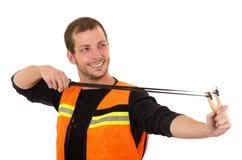 Przystojnego mężczyzna skoncentrowany celowanie slingshot z fotografia stock