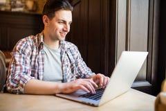 Przystojnego męskiego przedsiębiorcy pisać na maszynie wiadomość zadowolony kierownik strona internetowa marketingowa korporacja  obrazy stock