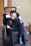 Przystojnego niepełnosprawnego osiem roczniaka chłopiec biracial relaxi i ono uśmiecha się Fotografia Royalty Free