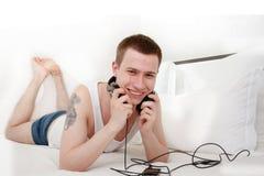 przystojnego słuchania mężczyzna muzyczny uśmiechnięty tatuaż Zdjęcia Royalty Free