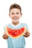 Przystojnego uśmiechniętego dziecko chłopiec mienia czerwonego arbuza owocowy plasterek Obrazy Stock