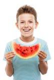 Przystojnego uśmiechniętego dziecko chłopiec mienia czerwonego arbuza owocowy plasterek Obraz Stock
