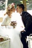 Przystojnej fornala całowania blondynki piękna panna młoda w magicznej czarodziejce t Obrazy Stock