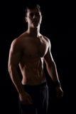 Przystojnej samiec wzorcowy pozować jego mięśniowego ciało i pokazywać Zdjęcia Royalty Free