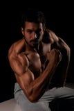Przystojnej samiec wzorcowy pozować jego ręka mięśnie i pokazywać Fotografia Royalty Free