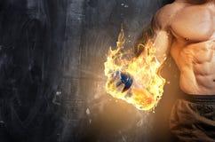 Przystojnej władzy mężczyzna sportowy bodybuilder zdjęcie royalty free
