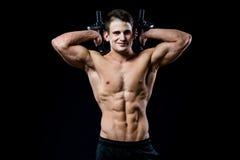 Przystojnej władzy mężczyzna sportowy szkolenie pompuje up mięśnie z dumbbells w gym Barbells za głową przydatność Obraz Stock