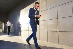 Przystojni aktywni młodzi perspektywiczni faceci, ucznie iść spotykać each Zdjęcia Stock