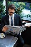 Przystojni biznesmeni czytanie gazeta w porze lunchu Fotografia Royalty Free