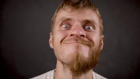 Przystojni brodaci modniś samiec spojrzenia lubią szalonego a w czarnym studiu zdjęcie wideo