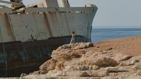 Przystojni kobiet spojrzenia przy starym statkiem w Cypr zbiory wideo