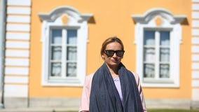Przystojni kobieta stojaki w tle okno piękny dom i uśmiechy, patrzeje kamerę zbiory