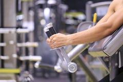 Przystojni mężczyźni wręczają mienie sprawności fizycznej wyposażenie dla oparzenie sadła w ciele w sporta gym, Zdrowym styl życi obraz royalty free