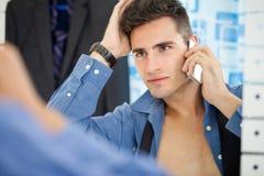Przystojni mężczyzna patrzeje go w lustrze Fotografia Royalty Free