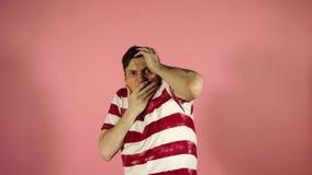 Przystojni młodzi przypadkowi mężczyzny nakrycia oczy z rękami i robić przerwa gestowi z wyrażeniem smutnego i strachu Zaaferowan zbiory wideo