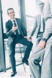 przystojni multiracial biznesmeni opowiada na czasie wolnym zdjęcia royalty free