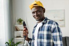 przystojny afroamerykański mężczyzna z perforatorem fotografia stock
