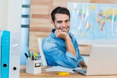 Przystojny agent biura podróży ono uśmiecha się przy kamerą Fotografia Royalty Free