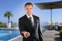 Przystojny agent nieruchomości przed luksusową willą z agentem nieruchomości Obrazy Stock