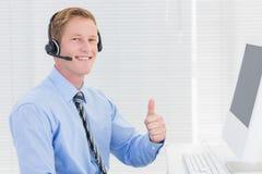 Przystojny agent ono uśmiecha się przy kamerą z słuchawki Zdjęcie Stock