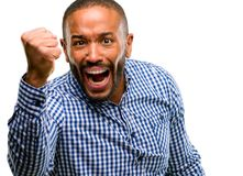 przystojny Amerykanin afrykańskiego pochodzenia mężczyzna zdjęcie royalty free
