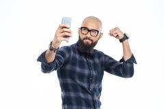 Przystojny amerykanina afrykańskiego pochodzenia mężczyzna pokazuje bicepsy i robi selfie Zdjęcia Stock